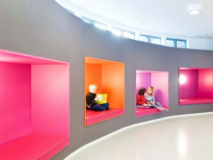 La Bønsmoen Primary School in Norvegia, colorata e funzionale