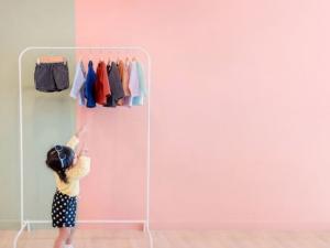 Come educare i bambini alla capacità di vestirsi secondo il metodo  Montessori b2c6ff916b1
