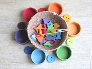 I materiali per i travasi solidi Montessori a seconda dell'età
